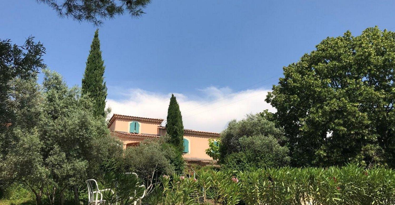 Vue extérieure d'une maison provençale à louer au pied du mont Ventoux à Malemort-du-Comtat