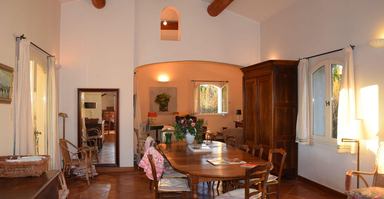 Salle à manger d'une maison provençale à louer au pied du mont Ventoux à Malemort-du-Comtat